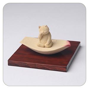 木彫りの蓮弁にのった弥勒猫 淡彩色 猫仏さま